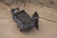 Uomo cinese che fa una pausa un carbone di trasporto del motociclo di 3 ruote nella citt? antica di Ping Yao Vista superiore vedu immagini stock libere da diritti