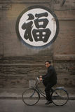 Uomo cinese che guida una bici Fotografia Stock Libera da Diritti