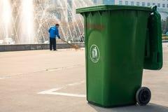 Uomo cinese della pattumiera che spazza dietro il campus universitario di Recyling immagini stock