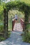 Uomo circostante dell'arco Fotografie Stock