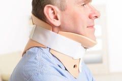 Uomo in collare cervicale Fotografia Stock Libera da Diritti