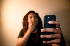Uomo colpito al telefono fotografie stock