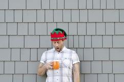 Uomo colpito da una tazza da caffè vuota Immagini Stock Libere da Diritti