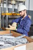 Uomo come lavoratore nell'officina di metallurgia immagini stock