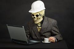 Uomo comico nella mascherina dello scheletro e del casco Fotografia Stock