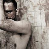 Uomo con argilla cosmetica sul suo fronte Immagine Stock Libera da Diritti