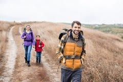 Uomo con backpacking del figlio e della moglie Fotografie Stock Libere da Diritti