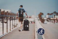 Uomo con bagagli il giorno soleggiato di estate immagine stock
