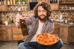 Uomo con birra e pizza Fotografia Stock Libera da Diritti