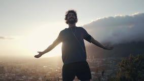 Uomo con a braccia aperte contro il cielo stock footage