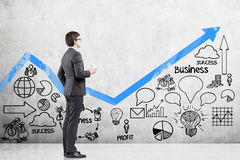 Uomo con caffè e un grafico blu Immagine Stock