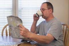 Uomo con caffè ed il giornale Immagine Stock Libera da Diritti