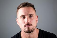 Uomo con capelli facciali e lo sguardo serio Immagine Stock