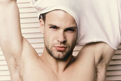 Uomo con capelli giusti ed il petto nudo sul fondo di legno delle plance Concetto di mascolinità, di tentazione e di fiducia mach fotografia stock libera da diritti