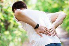 Uomo con dolore alla schiena, infiammazione del rene, trauma durante l'allenamento fotografia stock libera da diritti
