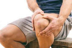 Uomo con dolore del ginocchio Fotografie Stock Libere da Diritti