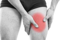 Uomo con dolore del quadricipite Fotografie Stock
