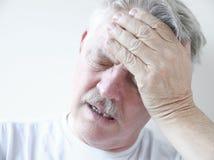 Uomo con dolore della testa e di vertigini Immagine Stock Libera da Diritti