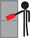 Uomo con enveloppe rosso Fotografia Stock Libera da Diritti