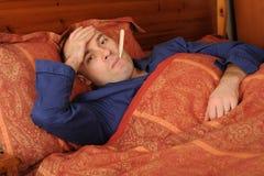 Uomo con febbre immagine stock