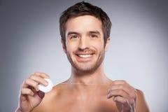 Uomo con filo per i denti. Fotografie Stock Libere da Diritti