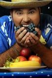 Uomo con frutta Fotografia Stock