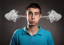 Uomo con fumo sulle sue orecchie Fotografia Stock
