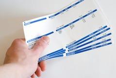 Uomo con gli assegni di paga a disposizione isolati su bianco Fotografia Stock Libera da Diritti