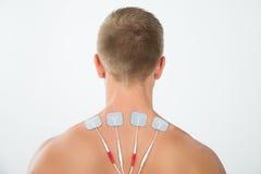 Uomo con gli elettrodi sul collo Immagine Stock