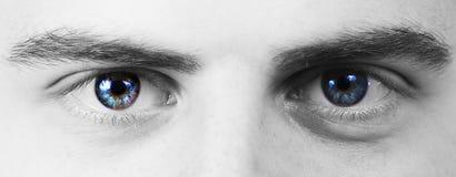 Uomo con gli occhi azzurri che esaminano la macchina fotografica, macro colpo fotografia stock