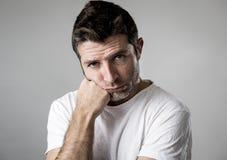 Uomo con gli occhi azzurri tristi e sembrare depresso dispiacere solo e di sofferenza di sensibilità di depressione Immagine Stock Libera da Diritti