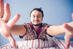 Uomo con gli occhi chiusi, mani che tirano alla macchina fotografica Fotografia Stock