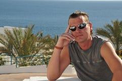 Uomo con gli occhiali da sole Fotografia Stock