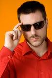 Uomo con gli occhiali da sole fotografia stock libera da diritti