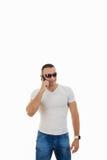 Uomo con gli occhiali da sole che rispondono allo Smart Phone Fotografia Stock