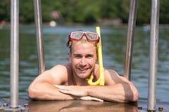 Uomo con gli occhiali di protezione di immersione subacquea alla piscina pubblica Fotografia Stock Libera da Diritti