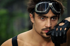 Uomo con gli occhiali di protezione ed i guanti del motociclo Immagini Stock