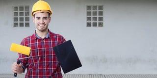 Uomo con gli strumenti da dipingere Fotografia Stock Libera da Diritti