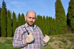 Uomo con gli strumenti di giardino Fotografia Stock