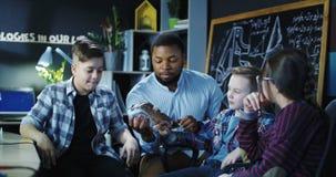 Uomo con i bambini che esplorano modello di un braccio meccanico Fotografie Stock
