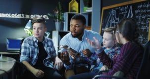 Uomo con i bambini che esplorano modello di un braccio meccanico Immagini Stock Libere da Diritti