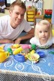 Uomo con i bambini che giocano insieme Fotografia Stock Libera da Diritti