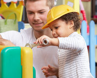 Uomo con i bambini che giocano insieme Immagini Stock Libere da Diritti