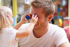Uomo con i bambini che giocano insieme Fotografie Stock