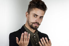 Uomo con i bei occhi in vestiti alla moda Fotografia Stock Libera da Diritti
