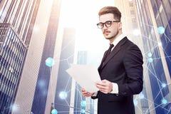 Uomo con i documenti in città, rete immagine stock