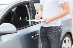 Uomo con i documenti dell'automobile Fotografia Stock Libera da Diritti