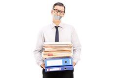 Uomo con i documenti della tenuta della bocca legati condotta Fotografia Stock Libera da Diritti