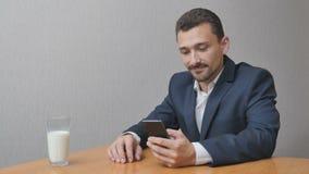 Uomo con i engoys di un bicchiere di latte online Fotografia Stock Libera da Diritti