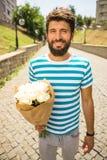 Uomo con i fiori Fotografia Stock Libera da Diritti